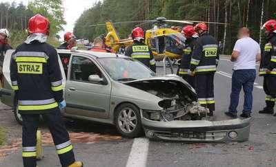 Poważny wypadek na DK16 pod Gietrzwałdem. Cztery osoby w szpitalu, jedną zabrał śmigłowiec LPR