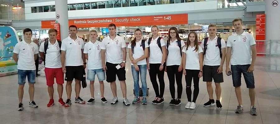 Weronika (czwarta z prawej) z reprezentacyjnymi koleżankami i kolegami przed odlotem do Tbilisi