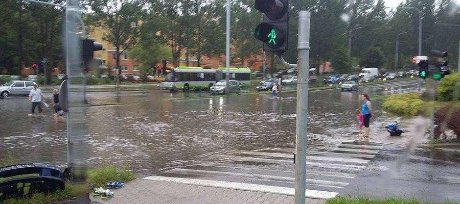 Deszczowy piątek w Olsztynie. Jeziora na dworcu i al. Piłsudskiego, rzeki na ulicach [FILMY]