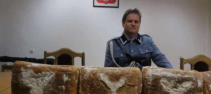 Waldemar Ziarek pokazuje chleb legionowy