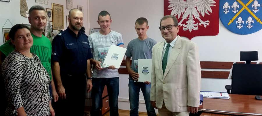 Na zdjęciu Adrian i Michał, rodzice oraz komendant Mikusik i starosta Polański