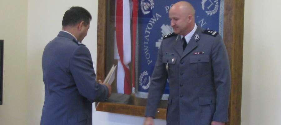 16 lipca 2016 roku mł. asp. Dariusz Ślęzak (po prawej) przyjął nominacje na szefa Komendy Powiatowej Policji w Kętrzynie.