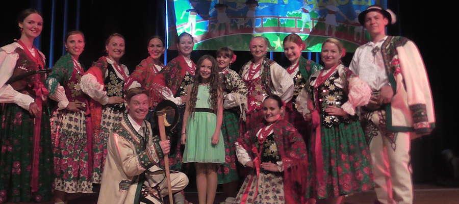 Amelia w towarzystwie zespołu folklorystycznego Polonia z Hanoweru