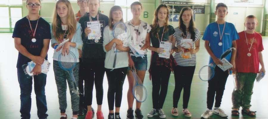 Uczestnicy turnieju badmintona
