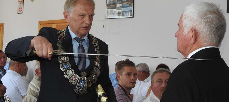 Szef olsztyńskiej izby rzemieślniczej — Antoni Górski, podczas ceremonii wręczania szabli Henrykowi Wiśniewskiemu