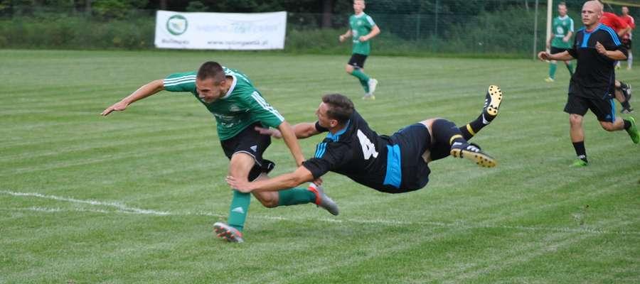Piłka może przejść, rywal niekoniecznie... Paweł Sagan (GKS Wikielec) powstrzymywany przez rywala z Rudzienic