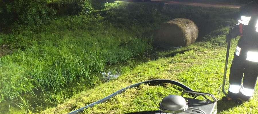 Strażacy m.in. zbierali substancję ropopochodną z cieku wodnego w Prositach