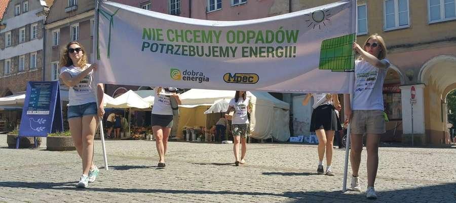 Jedna z akcji przeprowadzonych na olsztyńskiej starówce, której celem było zainteresowanie mieszkańców projektem olsztyńskiej elektrociepłowni wykorzystującej odpady