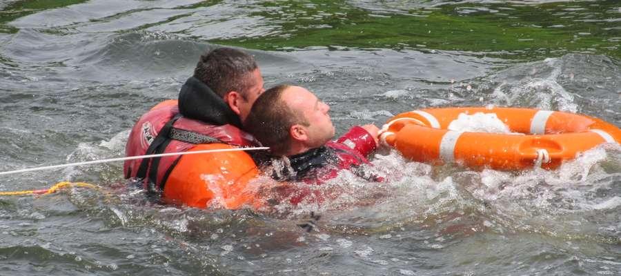Strażackie ćwiczenia odbyły się na rzece Łynie w Bartoszycach