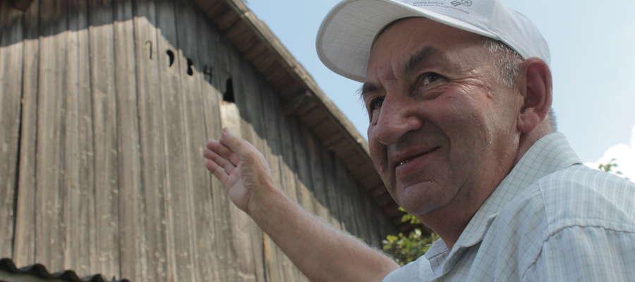 """- W """"dziewiątce"""" tego napisu, w latach mego dzieciństwa, mieszkały sowy - mówi Jan Zemburzuski, który po latach odwiedził dom w którym się wychował."""