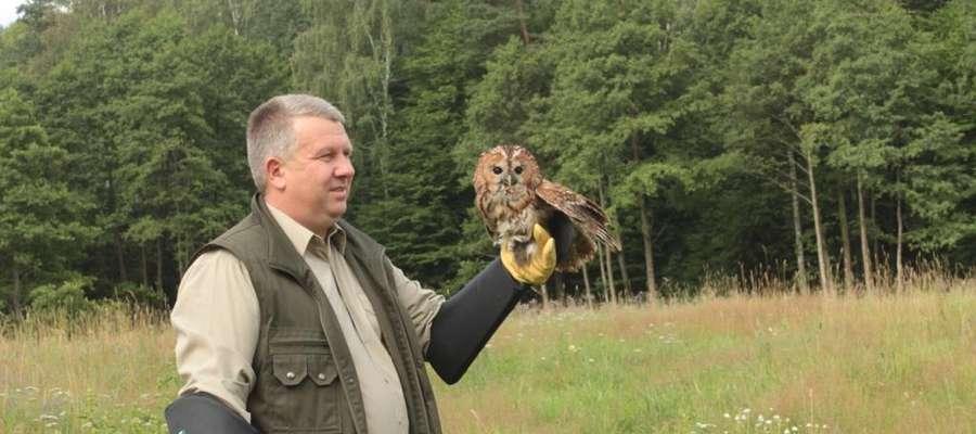 Leśniczy Lech Serwotka z jednym z ozdrowieńców - puszczykiem
