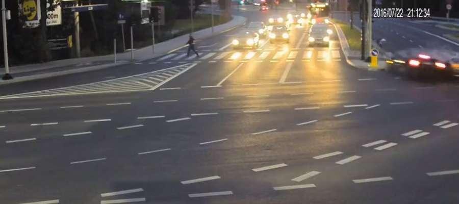 Na filmie widać rowerzystę, który cudem uniknął śmierci