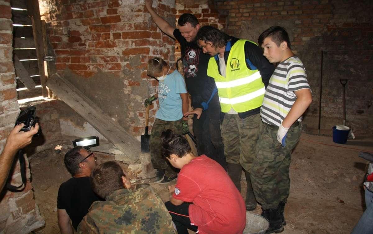 Badacze historii odkopują dawne klatki schodowe i tunele zamku - full image