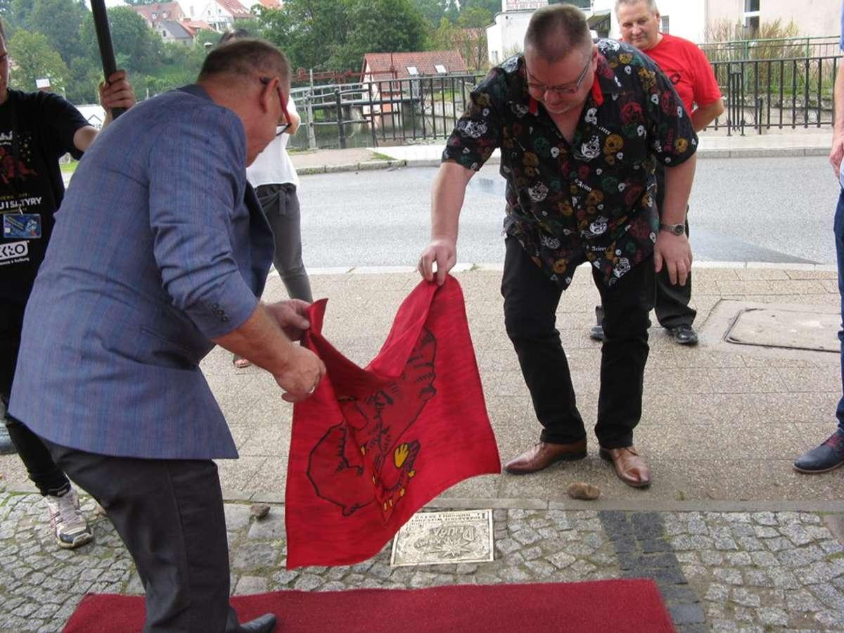 Andrzej Brzozowski (z prawej) i Zbigniew Wątorski odsłaniają tablicę poświęconą kabaretowi Dziura w lidzbarskiej Alei Gwiazd Kabaretu - full image