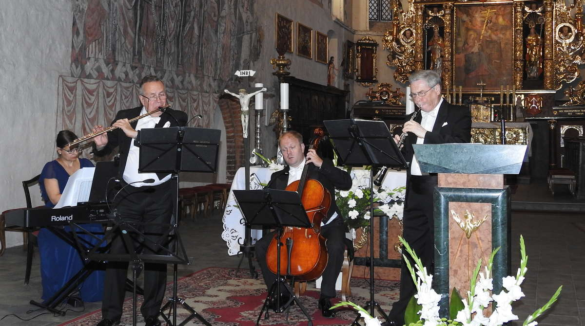 Kawartet PRO MUSICA ANTIQUA w prezbiterium kościoła - full image
