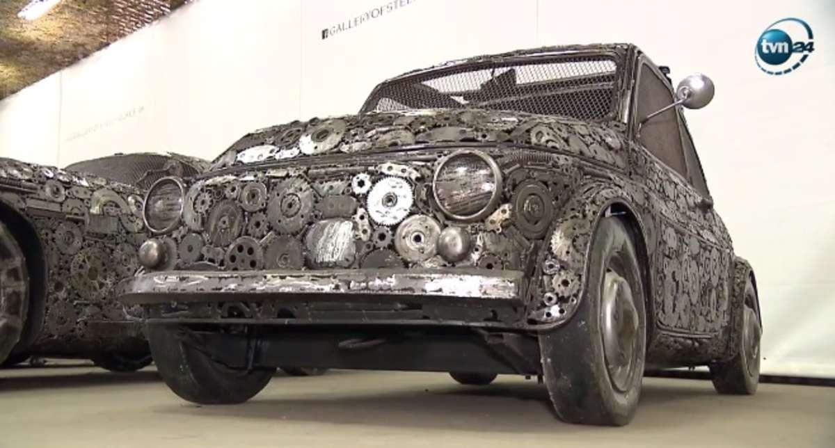 Pod Warszawą zaprezentowano repliki aut zrobione ze złomu - full image