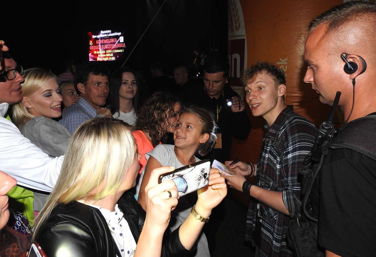 Młodzi fani zespołu LemON na wieczornym koncercie w Nowym Mieście