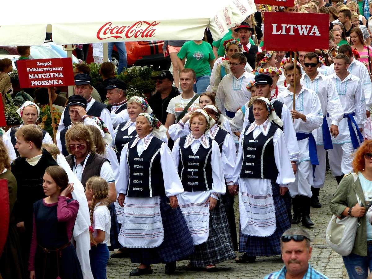 Korowód 22. Festiwalu Kultury Kresowej przeszedł ulicami miasta - full image
