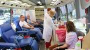 """""""Nie bądź żyła oddaj krew pokaż, że umiesz pomagać"""". Krwiobus na miejskim rynku"""