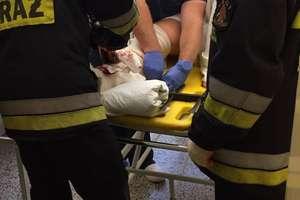 Strażacy w akcji przy stole operacyjnym. Pacjent miałkawałek ogrodzenia w nodze