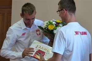 Spotkanie z olimpijczykiem Miłoszem Jankowskim w iławskim ratuszu