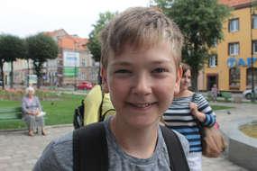 Enrico mówi, że podoba mu się szkoła, miejscowość. Jest pozytywnie nastawiony do tego co go czeka podczas wypoczynku.