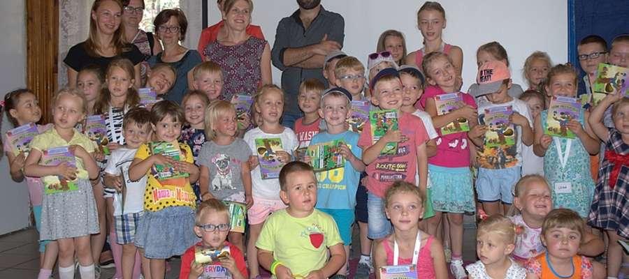 Wakacyjne zajęcia w bibliotece Publicznej przyciągają dużo dzieci