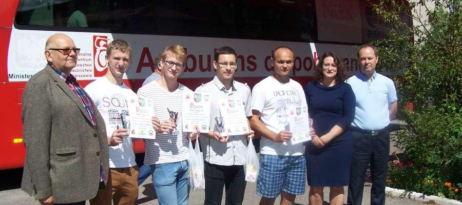 Uczestnicy zawodów otrzymali pamiątkowe puchary i dyplomy