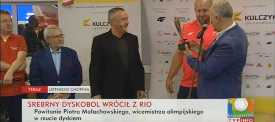 Przedstawiciele bieżuńskiej delegacji wręczają Piotrowi Małachowskiemu statuetkę