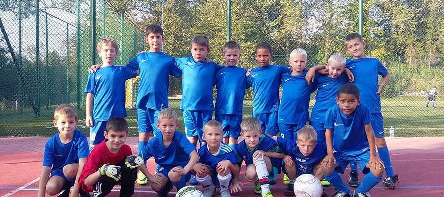 Młodzi piłkarze trenujący pod okiem Rafała Jakimczuka mają już za sobą starty w turniejach piłki nożnej