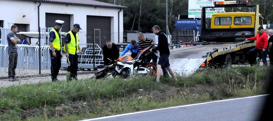 Służby zabierają motocykl mężczyzny