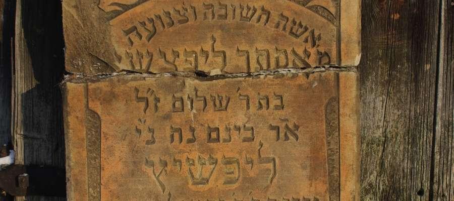 Macewa z grobu Estery Lipszyc( zm.29 września 1931 r.) pochodząca z cmentarza żydowskiego w Bieżuniu, zbiory Muzeum Małego Miasta w Bieżuniu Oddział  MWM w Sierpcu, fot. Z. Dobrowolski