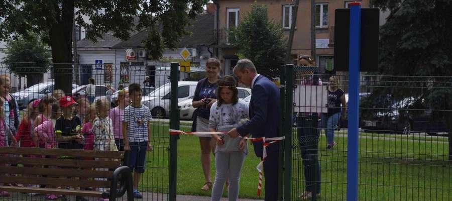 Uroczystego otwarcia miejsca do zabawy dokonał burmistrz Miasta i dziec