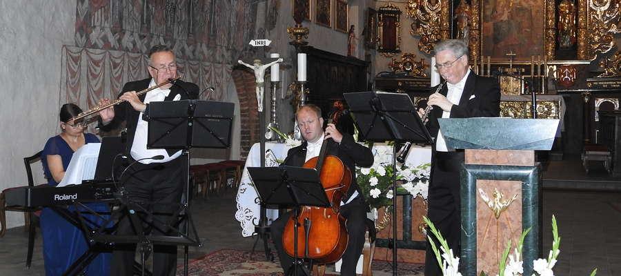 Kawartet PRO MUSICA ANTIQUA w prezbiterium kościoła
