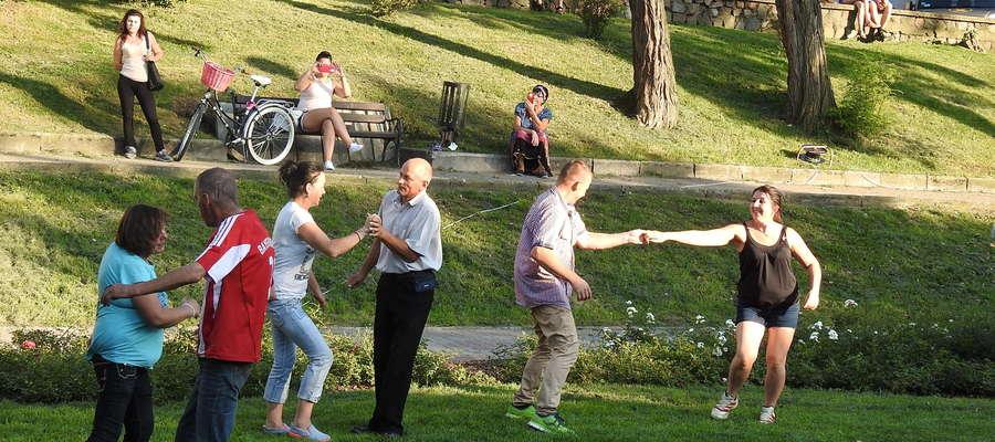 Zebrani słuchacze poderwali się również do tańca na trawie.