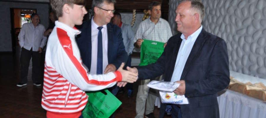 Pamiątki gościom z Irlandii wręczał burmistrz Susza Krzysztof Pietrzykowski i  Krzysztof Bączek, prezes suskiego klubu, który obchodził jubileusz