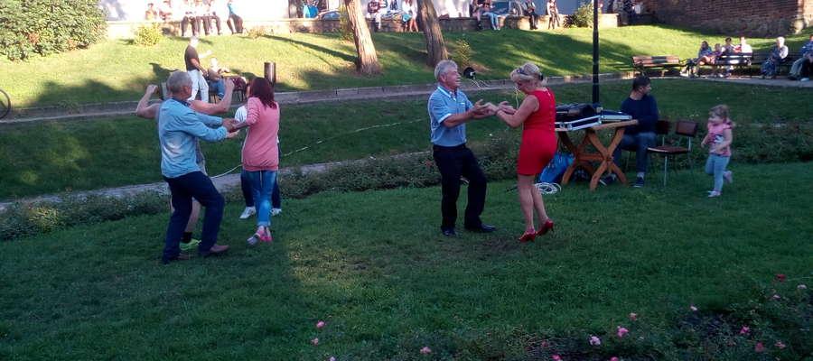 Jeden z koncertów w Ogrodzie Róż porwał nowomieszczan do tańca