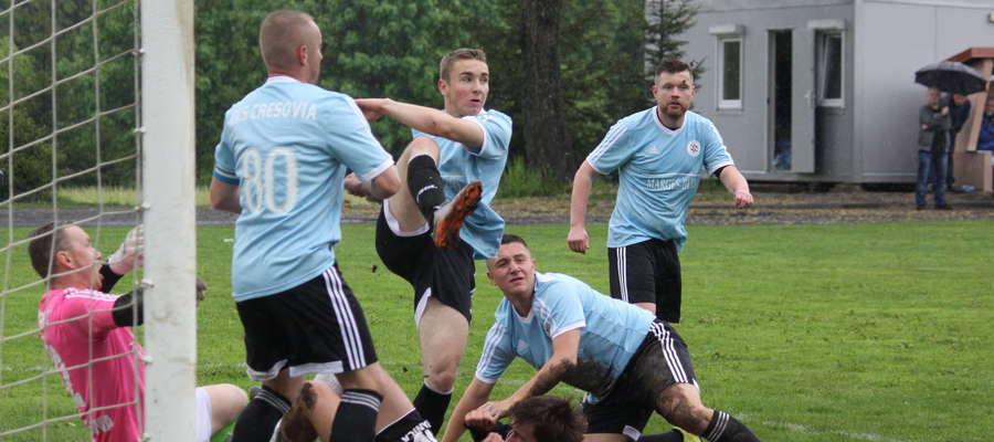 W poprzednim sezonie oba derbowe spotkania pomiędzy Cresovią i Granicą wygrali piłkarze z Górowa Iławeckiego. Na zdjęciu mecz obu drużyn w Bezledach z rundy wiosennej