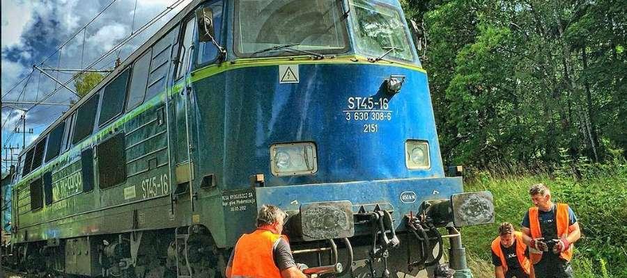 Precyzyjna operacja ustawiania na tor wykolejonej lokomotywy w Gutkowie k. Olsztyna