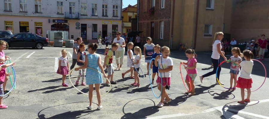 Dzieci świetnie bawiły się podczas kręcenia hula – hoop