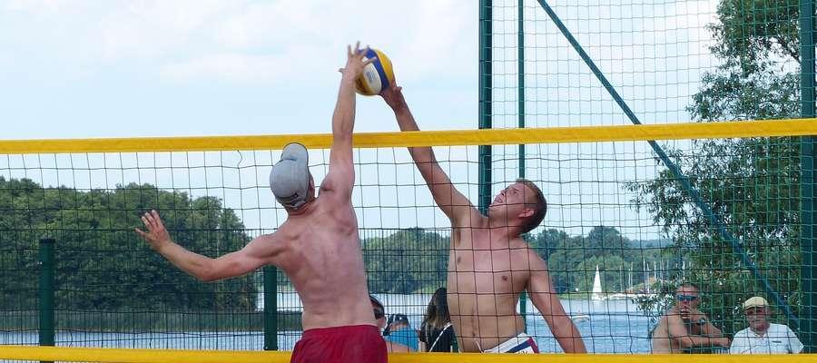 Po drugiej stronie siatki o piłkę walczy Łukasz Błaszczyk, który zdobył mistrzostwo Iławy w parze z Mateuszem Dudulskim