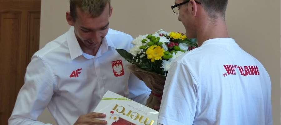 Miłosz Jankowski otrzymał czekoladki od członków klubu wioślarskiego WIR, jak powiedziano, żeby lekko przybrałna wadze
