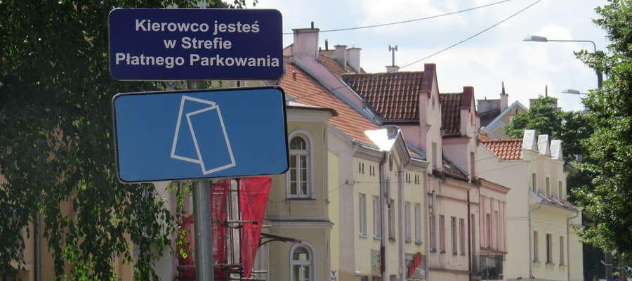 - Znaki D-44 nie spełniają norm prawnych, więc de facto znakami nie są, a miejsca w strefie nie są prawidłowo wyznaczone - twierdzi Piotr Jakubiak.