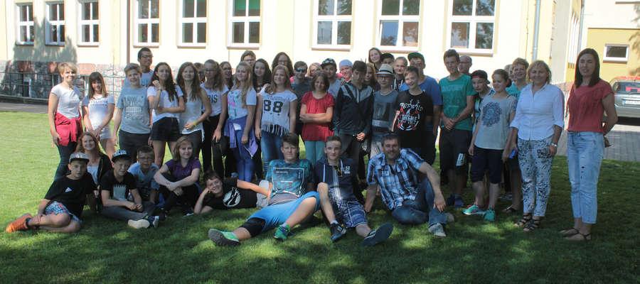 Uczestnicy wymiany wraz z opiekunami na pamiątkowym zdjęciu przy budynku Zespołu Szkolno-Przedszkolnego w Sępopolu