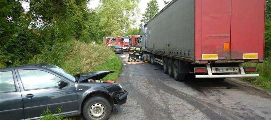 W pobliżu miejscowości Paprocina doszło do zderzenia osobówki z samochodem ciężarowym.