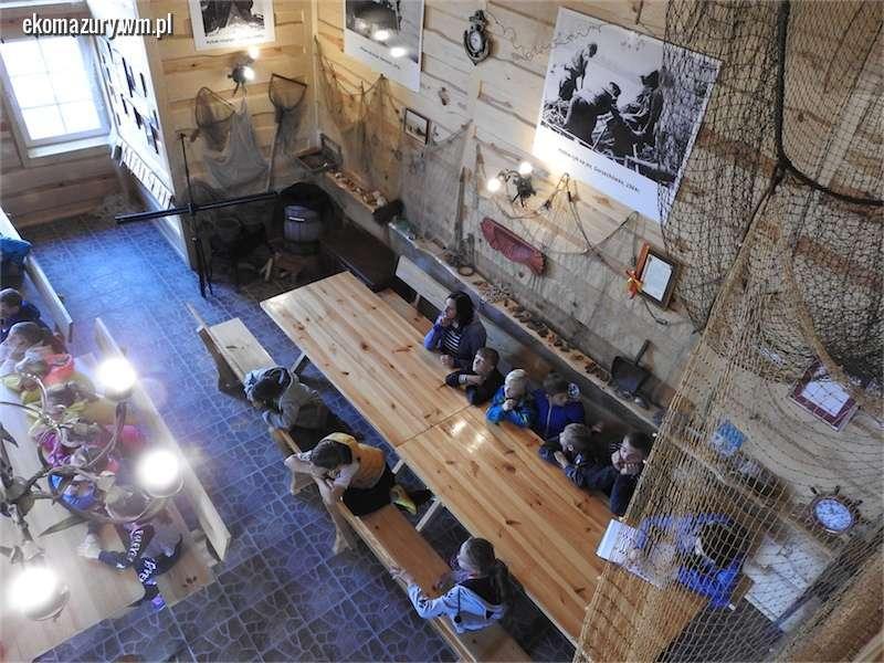 Uczniowie z pobliskiego Mroczna z wizytą w Izbie Tradycji Rybackiej w Płowężu - full image