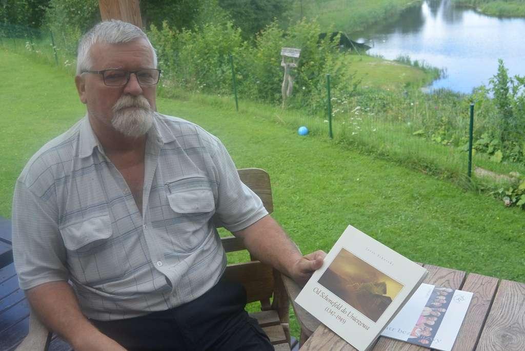 Marek Gardzielewski w swoim ogrodzie w Unieszewie. - full image
