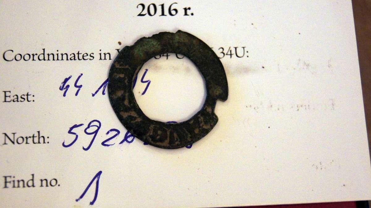 Ten niepozorny przedmiot to zapinka prawdopodobnie krzyżackiego płaszcza sprzed ponad 600 lat - full image