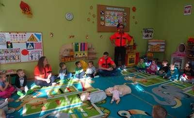 Ratownicy medyczni w przedszkolu w Olecku