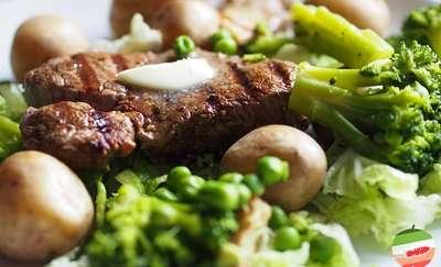 Przepis na obiad — medaliony wołowe z sosem grzybowym i zielonymi warzywami